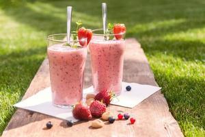 fruchtiger Beerenmilchshake im Freien foto