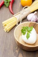 Mozzarella mit Kräutern und Nudeln foto
