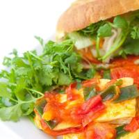 Banh mi vietnamesisches Baguette mit Tofu und Koriander. foto