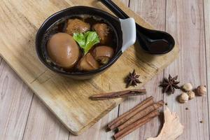 thailändisches Essen: Ei mit Schweinefleisch und Tofu gedünstet