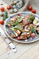 viele leckere Bruschetta mit Käse, Tomate, Wachtelei, Schinken foto