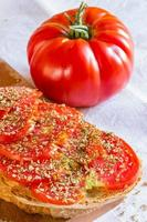 Brot mit Tomaten und Basilikum foto
