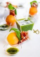Melone, Mozzarella und Schinken am Spieß foto