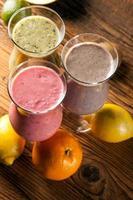 gesunde Ernährung, Protein-Shakes und Früchte foto