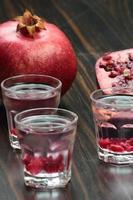 Granatapfel-Wodka-Aufnahmen. foto