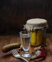 russischer Wodka mit Gurke foto