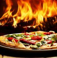 Pizza in einem Holzofen foto