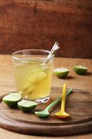 kaltes goldenes Erfrischungsgetränk aus Limette und Honig
