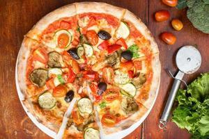 Pizza mit Paprika, Oliven und Käse foto