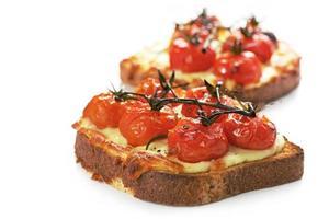 Gegrillter Käse und Tomaten foto