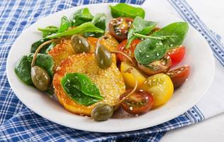 Halloumi-Käsescheiben mit frischem Gemüse.