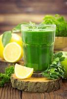 frischer grüner Smoothie foto