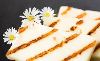 Halloumi-Käse in der Grillpfanne braten.