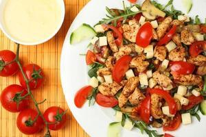 Gegrilltes Fleisch mit Tomaten und Käse foto