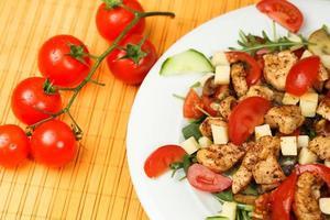 Gegrilltes Fleisch mit Tomaten und Käse