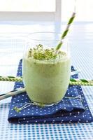 grüner Smoothie mit Kräutern foto