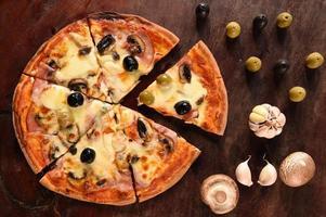 Pizza und Zutaten für Pizza foto