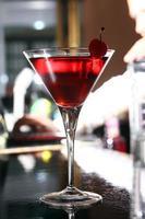 rosa Martini-Cocktail in einer Bar foto