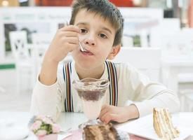 Kind essen Milch Choco Shake foto