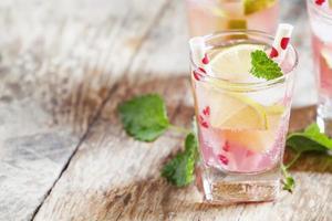 rosa Cocktail mit Limette und Minze