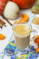 Kürbis Latte - Kaffee mit Kürbiscreme und heißen Getränken. foto