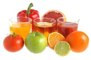 Obst- und Gemüsemischung mit drei mit Saft gefüllten Gläsern foto