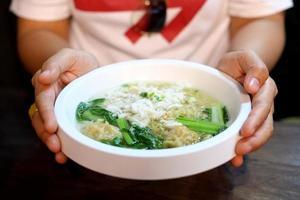 Chinesische Nudel-Wan-Ton-Suppe mit Krabbenfleisch foto
