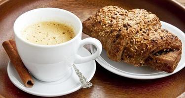 Kaffee mit Croissant foto