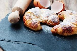 frisches Croissant auf dem Tisch foto