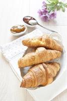 Croissants auf dem Tisch mit Marmelade