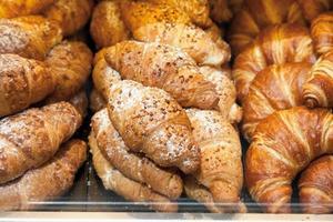 Deutschland, Nahaufnahme von verschiedenen Croissants in Vitrine foto