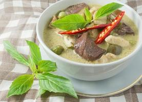 thailändisches grünes Curry mit Huhn in Kokosmilch