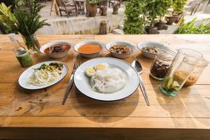 thailändische Fadennudeln mit Curry gegessen