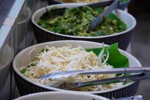 Gemüse für thailändische Fadennudeln mit Curry gegessen foto