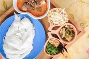 thailändische Reisnudel mit rotem Curry foto