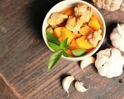 Kürbis-Curry mit Huhn. Thai Essen.