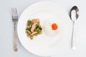 """thailändisches Essen, """"kapao moo"""" (thailändische Küche)"""