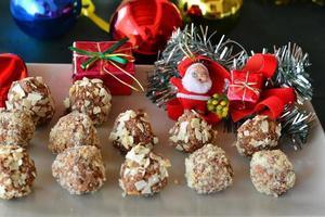 hausgemachte Schokoladentrüffel mit Nüssen Weihnachtsdessert foto