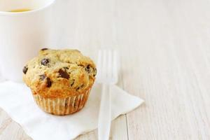 hausgemachtes Schokoladensplitter-Muffin und Orangensaft foto