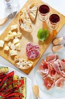 italienische gesunde Snacks. Schinken, Salami, gegrilltes Gemüse p foto