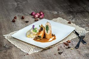 Hähnchenbrötchen mit Gemüse und Nudeln mit einer Sauce auf