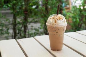 Eiskaffee in Plastikbecher foto
