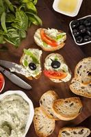 Crostini mit Mozzarella, frischem Basilikum und Oliven foto
