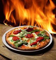 Foto der Pizza auf einer durchnässten Platte vor einem Kamin