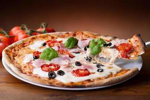Pizza mit Schinken und Pilzen foto
