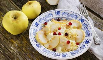 Nudeln mit Mozzarella, Äpfeln und Preiselbeeren foto