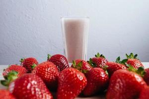 Erdbeer-Smoothie-Milchshake frisch gemischt foto
