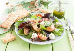 frischer Salat mit gegrillten Pfirsichen foto