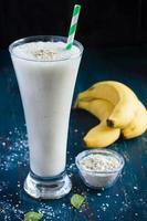 frischer Bananenmilch-Smoothie foto