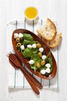 frischer leichter gesunder Sommersalat mit Spinat, foto